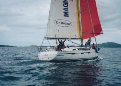 "Das Team ""Lost Boys"" um Christian Fuzcik als erstes Boot kurz vor dem Ziel in Biograd"